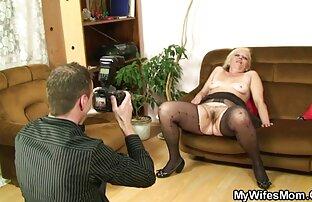 La ragazza in una spaziosa camera da letto video amatoriali sexi