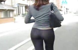 Sesso, donna che indossa t-shirt nascosta video amatoriali donne al telefono